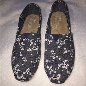 Tom's Navy Blue Canvas Floral Zen-tangle pattern